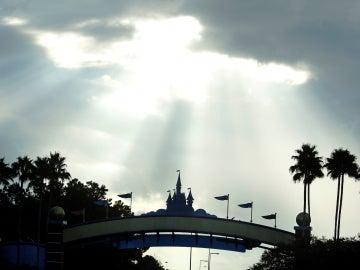 La luz del sol, a través de las nubes, cuando Disney World esperaba la llegada del huracán Irma