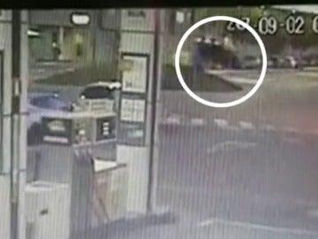 Un conductor se salta una rotonda en Zaragoza