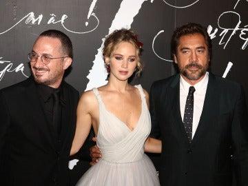 Jennifer Lawrence junto a Darren Aronofsky y Javier Bardem