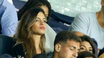 Sara Carbonero, muy pendiente de su marido Iker Casillas