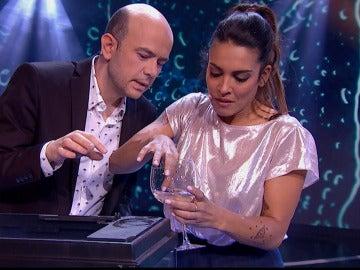Lorena Castell 'se come' un pez vivo ante los ojos de Jeff Toussaint