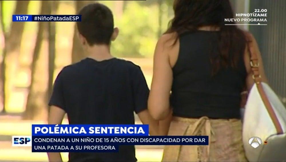 Condenan a un niño de 15 años con discapacidad por dar una patada a su profesora