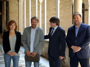 Puigdemont Y Junqueras, con el coordinador general de Catalunya en Comú, Xavier Domènech, y la portavoz y coordinadora de Comunicación de los 'comunes', Elisenda Alamany
