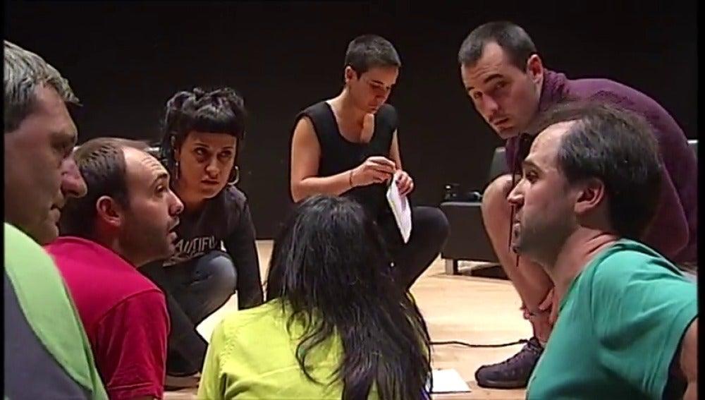 """Los organizadores del acto """"ilegal"""" de Anna Gabriel concluyen la charla tras personarse la Policía"""