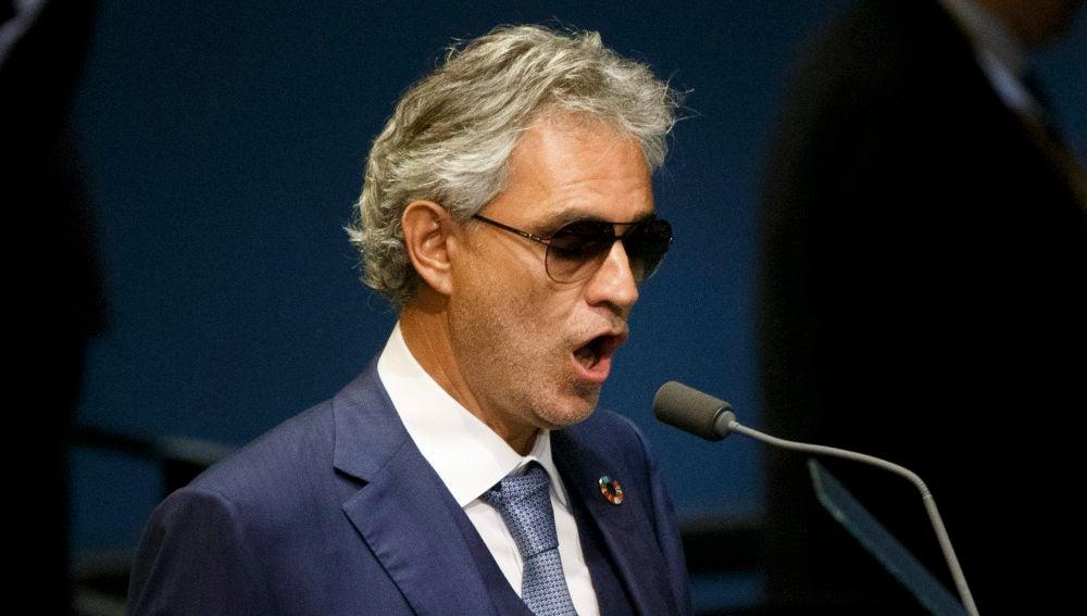 Andrea Bocelli, cantando