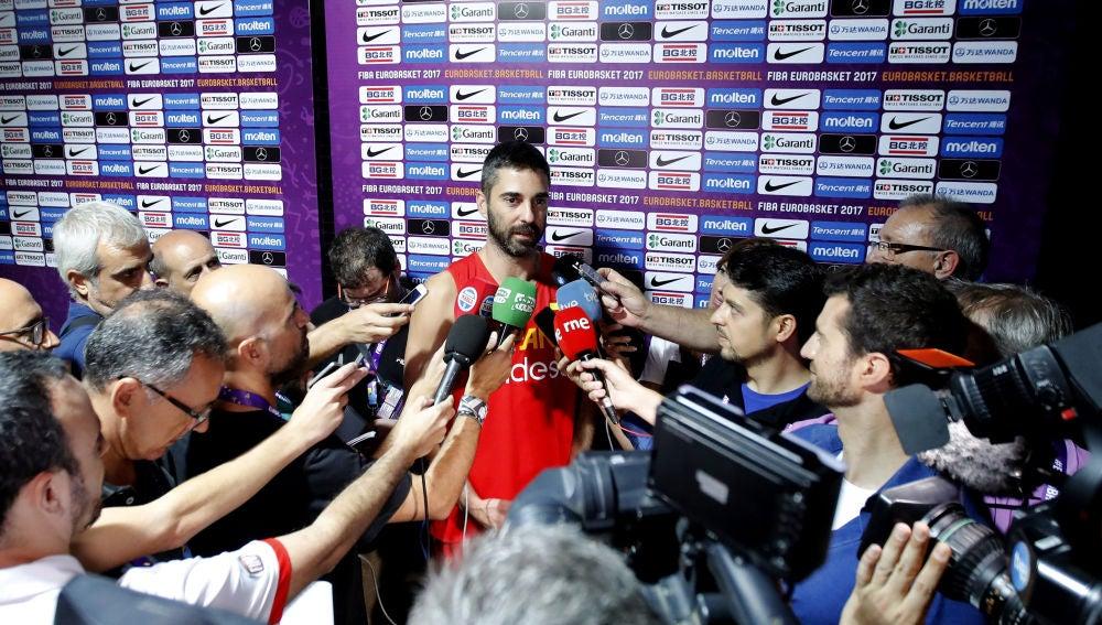 Juan Carlos Navarro habla ante los medios de comunicación