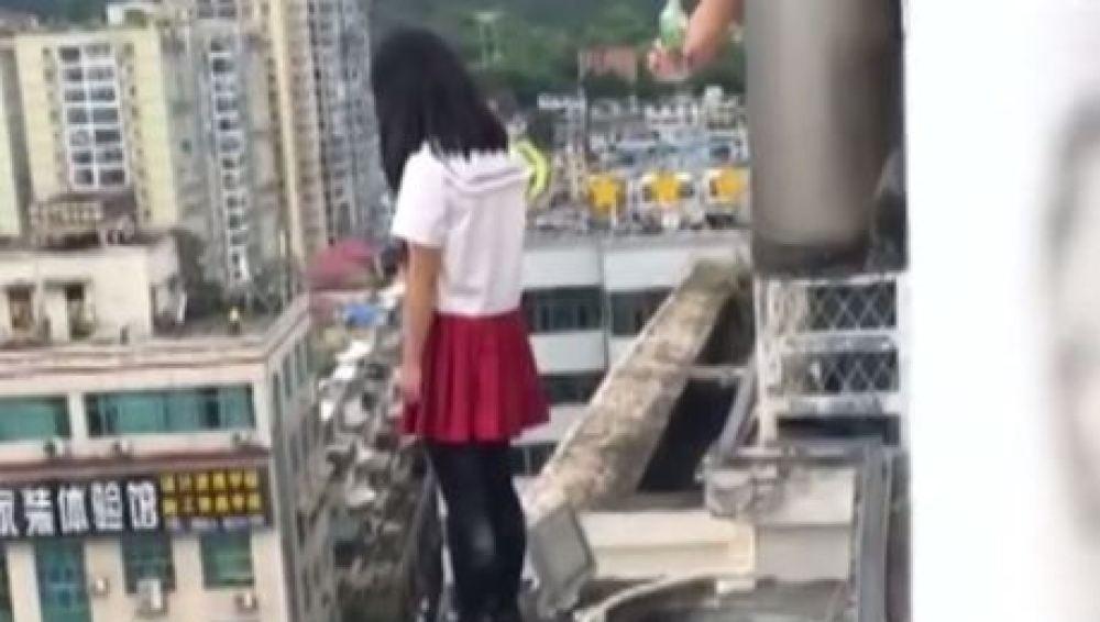 Estudiante se sube al ultimo piso para suicidarse