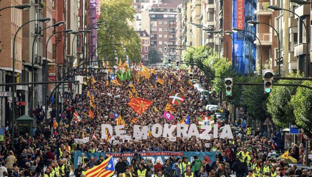 Manifestación en Bilbao convocada por la organización soberanista Gure Esku Dago en apoyo al referéndum catalán