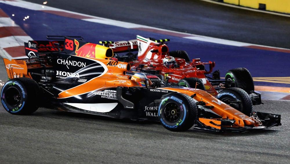 Fernando Alonso, embestido en la accidentada salida de Singapur