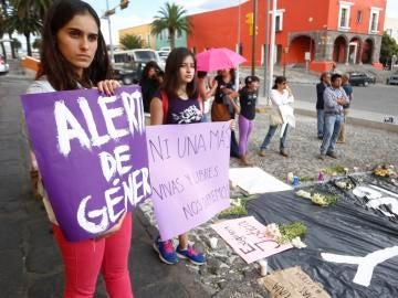 Decenas de personas participan en una manifestación, en rechazo al asesinato de una joven en el estado de Puebla (México)
