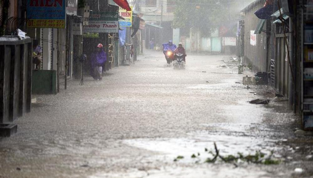 Varias personas circulan por las calles inundadas