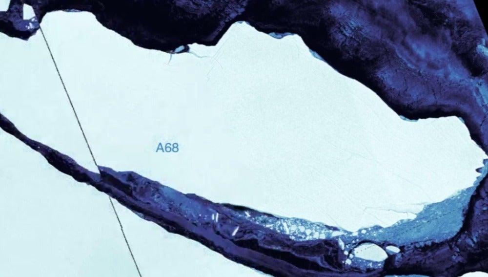 Una imagen compuesta del iceberg A68 mostrando que se dirige hacia el océano