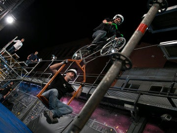 Marron consigue pasar por una cuerda floja subido a una bicicleta