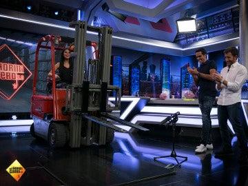 Pilar Rubio demuestra su habilidad manejando un toro hidráulico