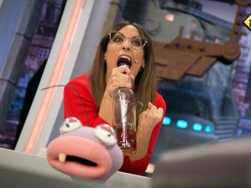 Ana Morgade se mete en la piel del comentarista deportivo que estuvo a punto de ahogarse retransmitiendo una canasta