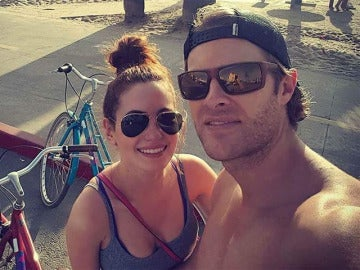 Ivana Baquero y James Trevena-Brown