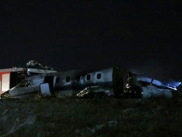 Bomberos tratan de extinguir un avión privado en llamas después de que se estrellara hoy en el Aeropuerto Internacional Atatürk de Estambul (Turquía)