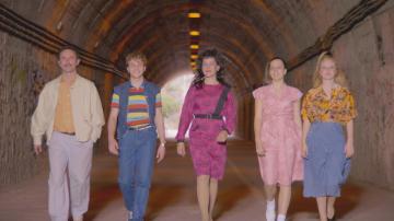El pelo cardado, las hombreras y los colores pastel invaden a la famila Vela Cedena en los 80