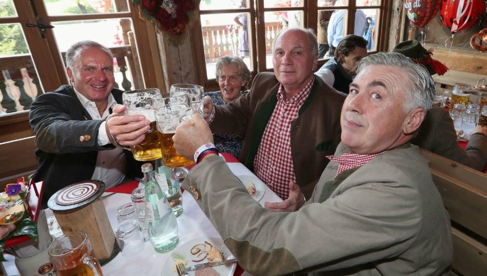 Ancelotti bebe cerveza con Rummennige y Hoeness