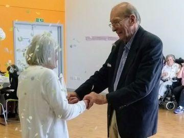 John y Dorothy Thexton, de Newcastle, celebrando el 60 aniversario de su boda