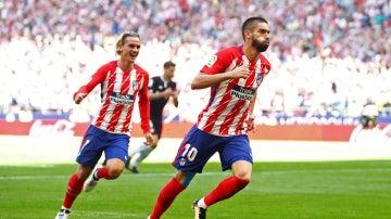 Carrasco y Griezmann celebran un gol