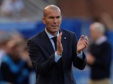 Zidane aplaude a sus jugadores durante el Alavés - Real Madrid