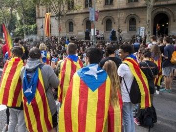 arios centenares de estudiantes han cortado esta tarde la Gran Vía de Barcelona en la plaza de la Universidad