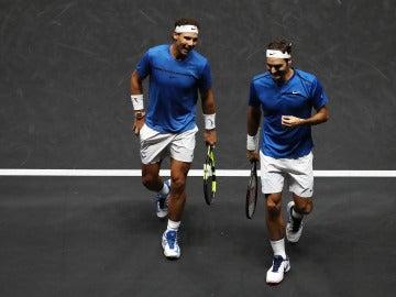 Nadal y Federer bromean durante su partido de dobles en la Laver Cup