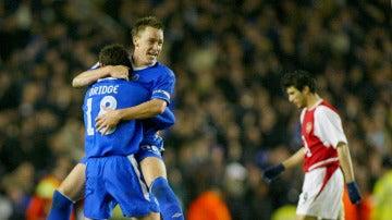 Terry abraza a Bridge durante un partido del Chelsea
