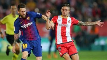 Messi intenta zafarse de Maffeo durante el Girona - Barça