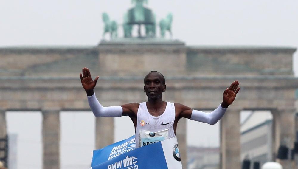 Kipchoge entra primero en la meta de la maratón de Berlín