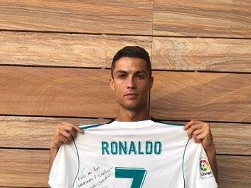 Cristiano Ronaldo y su camiseta dedicada para los familiares del pequeño Santiago