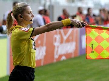 Fernanda Colombo, linier brasileña, durante un partido