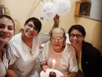 Las enfermeras celebran con Óscar su 84 cumpleaños