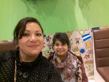 Angie Ledesma, junto a su hija de 9 años