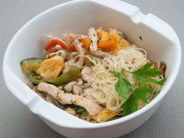 Fideos de arroz con pollo