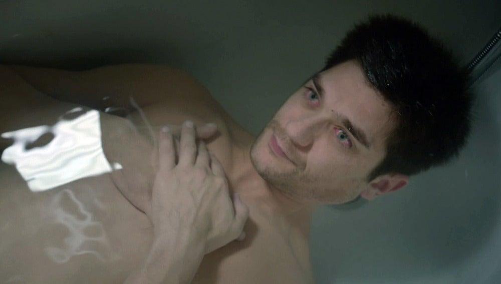 Pablo descubre a Nacho sumergido en la bañera y sin respirar