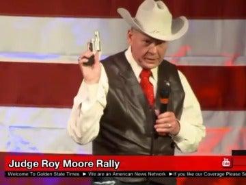 Un aspirante a senador republicano saca una pistola en un mitin