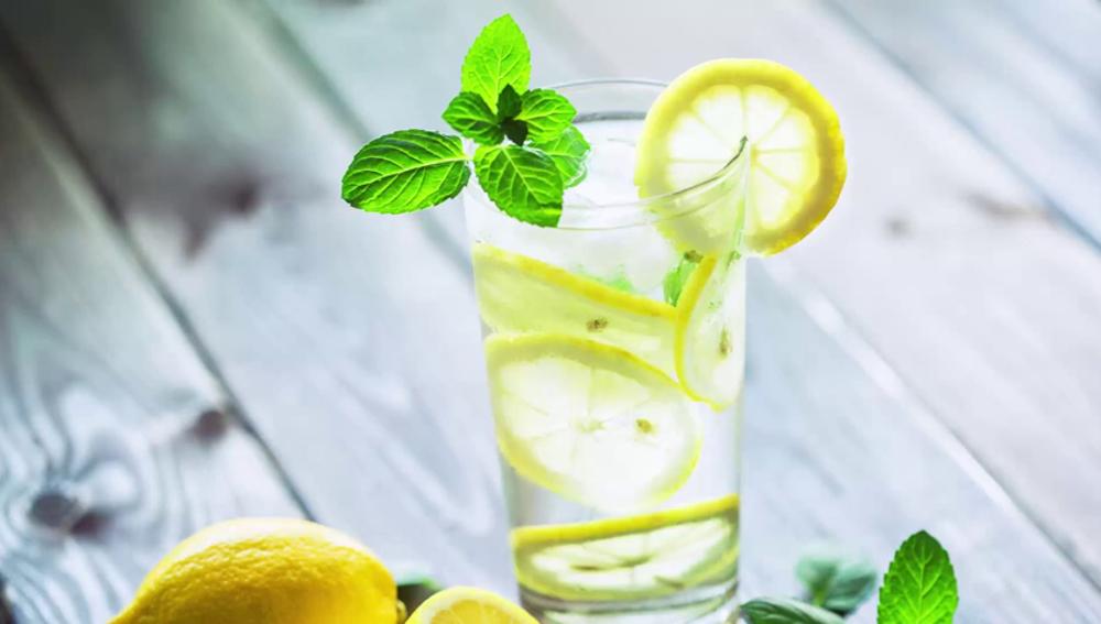 Por qué no deberías añadirle una rodaja de limón a tu bebida nunca más
