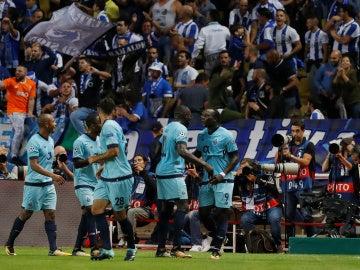 Los jugadores del Oporto celebran uno de sus goles contra el Mónaco