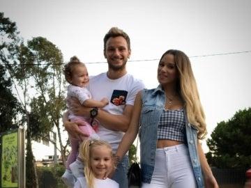 Rakitic posa sonriente con su familia