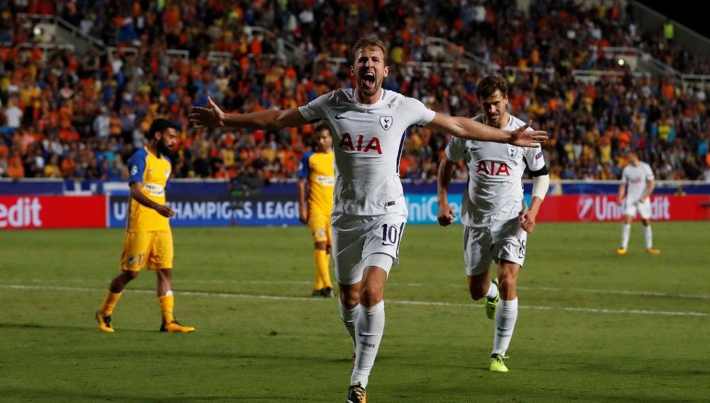 Kane celebra uno de sus goles contra el APOEL