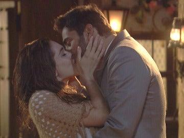 El pasional beso de Julieta y Saúl bajo los ojos de Prudencio