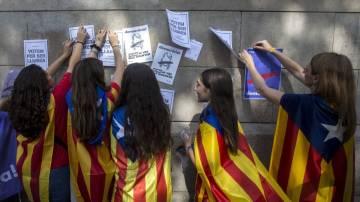 Estudiantes a favor del referéndum empapelan la Universidad de Barcelona