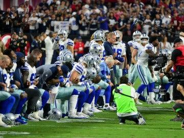 Los Dallas Cowboys hincan la rodilla antes de sonar el himno de Estados Unidos