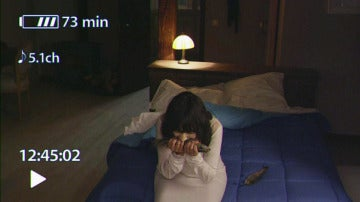 María graba con una cámara el monstruo en el que se convierte mientras duerme