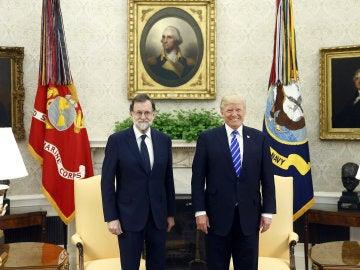 El presidente del Gobierno español, Mariano Rajoy (i), junto al presidente de Estados Unidos, Donald Trump, antes de la reunión mantenida hoy en el Despacho Oval de la Casa Blanca.