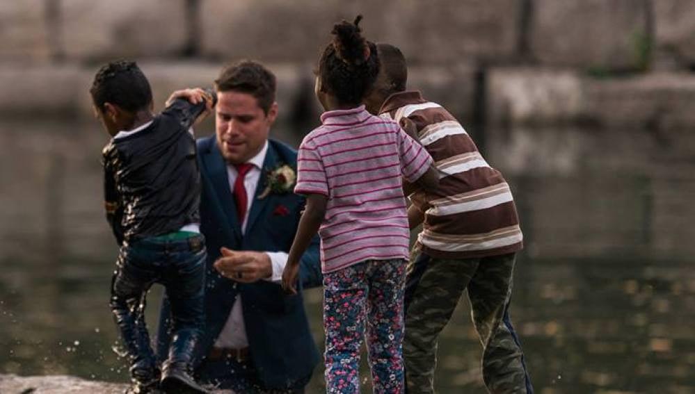 Un recién casado salva a un niño de ahogarse