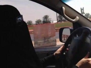 El rey saudí autoriza la emisión de los permisos de conducir para mujeres