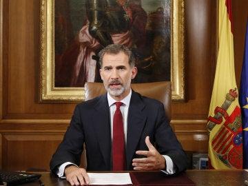 Fotografía de una pantalla de televisión que retransmite el mensaje del rey Felipe VI